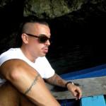 Денис Симачев в пещере прибрежной скалы в Рио Сан Хуан
